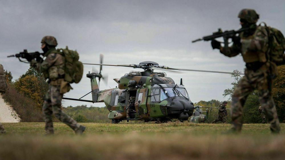Soldater fra den franske hæren trener med NH90 TTH (taktisk transporthelikopter).