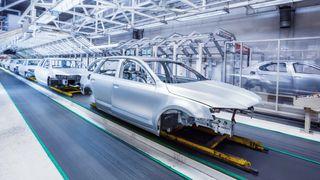 Bilkarosserier på et samlebånd i en bilfabrikk.