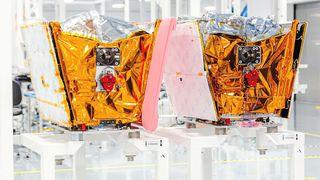 To av Onewebs satellitter ved fabrikken i Florida.