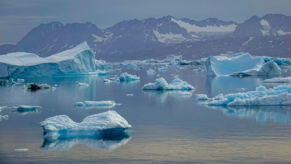 Drivende isfjell i Sermilikfjorden øst på Grønland. Lokalt og regionalt kan klimaet påvirkes av naturlige svingninger, som kommer i tillegg til den langsiktige globale oppvarmingen.