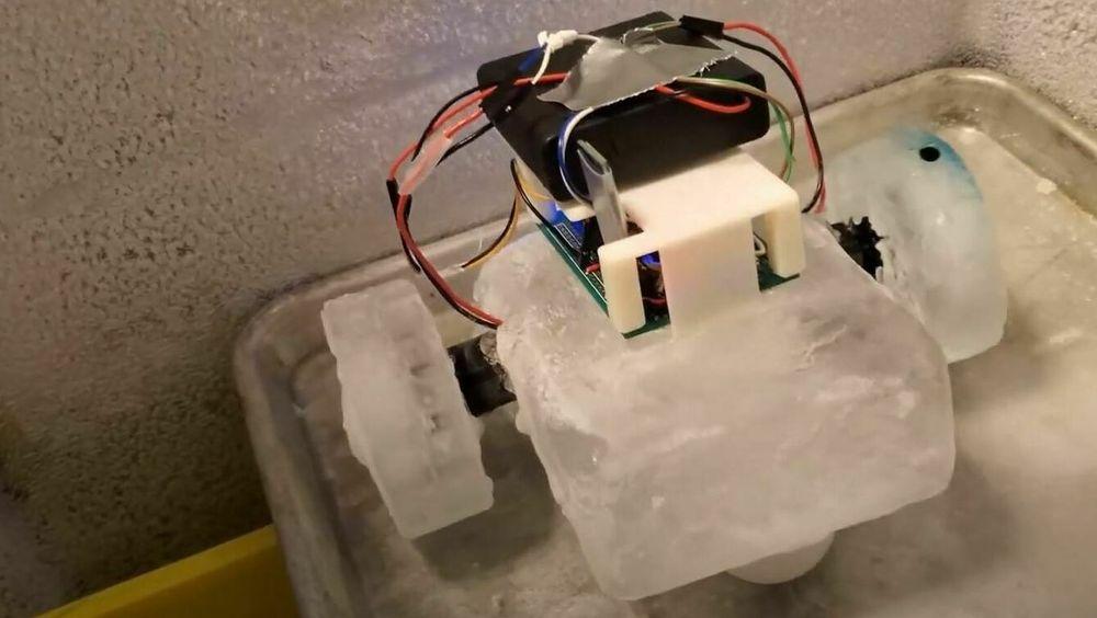 Test av første prototyp på det forskerne håper skal bli en robot som både kan konfigurere, reparere og gjenoppbygge seg selv på oppdrag i verdensrommet.