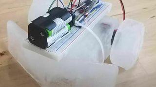 Skal lage roboter av is som kan reparere og gjenoppbygge seg selv i verdensrommet