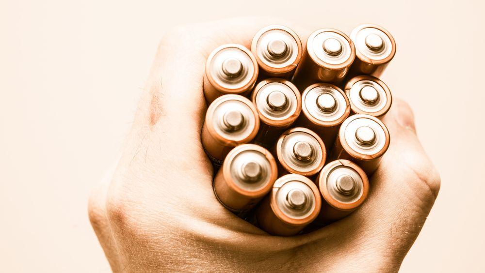 Slik skal de finne bedre batterimaterialer: Ved hjelp av atomer