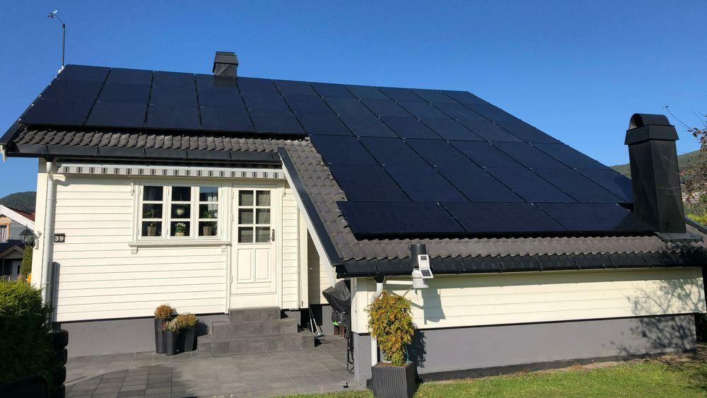Stadig flere skaffer seg solceller. Det må nettselskapet vite om, så de får registrert hvor det kommer strøm inn på nettet. Knut Loddengaard i Mjøndalen har hele 48 paneler på taket.
