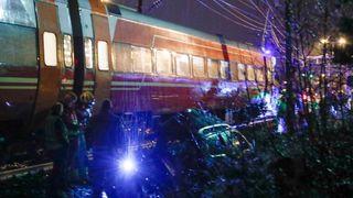 Toget hadde en hastighet på 80–90 kilometer i timen da det rammet personbilen som sto fast mellom bommene. Føreren av bilen omkom i ulykken i Vikersund 28. januar i fjor. Foto: Terje Bendiksby / NTB