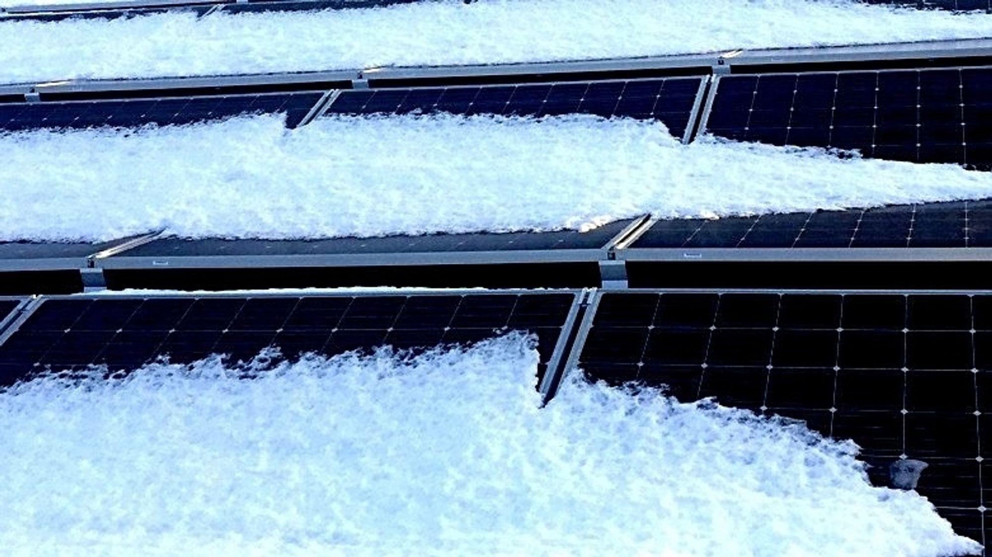 Nå er det mulig å sende strøm inn i solcellene for å smelte snøen som legger seg på dem.
