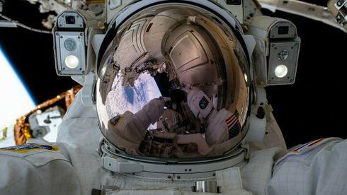 Direkte: Monterer «norsk» bredbånd på romstasjonen