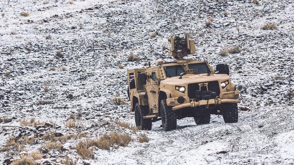 JLTV feltvogn med M153 Crows på taket.