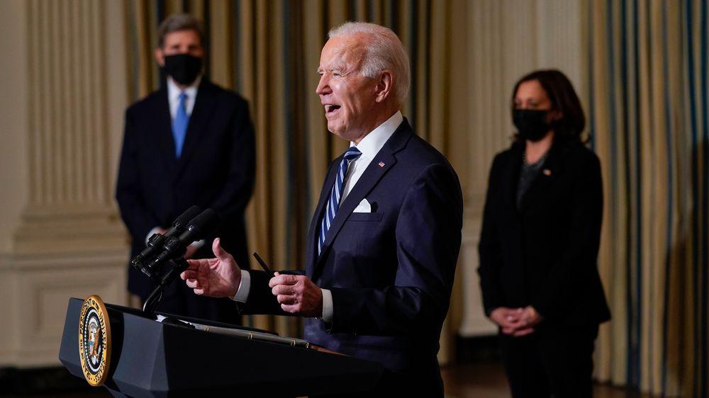President Joe Biden orienterte om sin beslutning om midlertidig stans i olje- og gassleting på en pressekonferanse i Det hvite hus onsdag. I bakgrunnen står USAs klimautsending John Kerry og visepresident Kamala Harris. Foto: Evan Vucci / AP / NTB