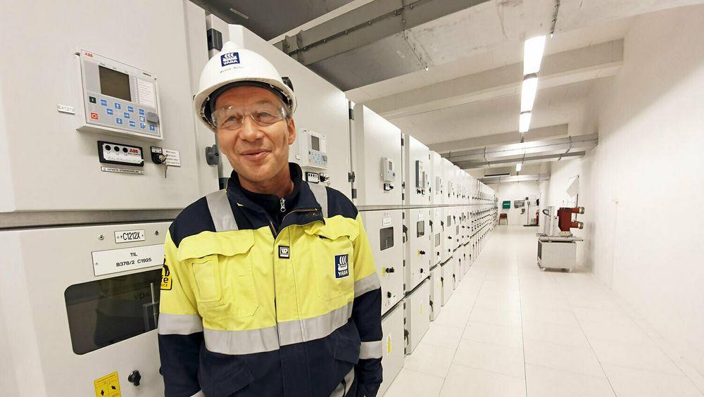 Øyvind Nyhus, daglig leder for Herøya Nett AS, flankerer nye høyspentanlegg