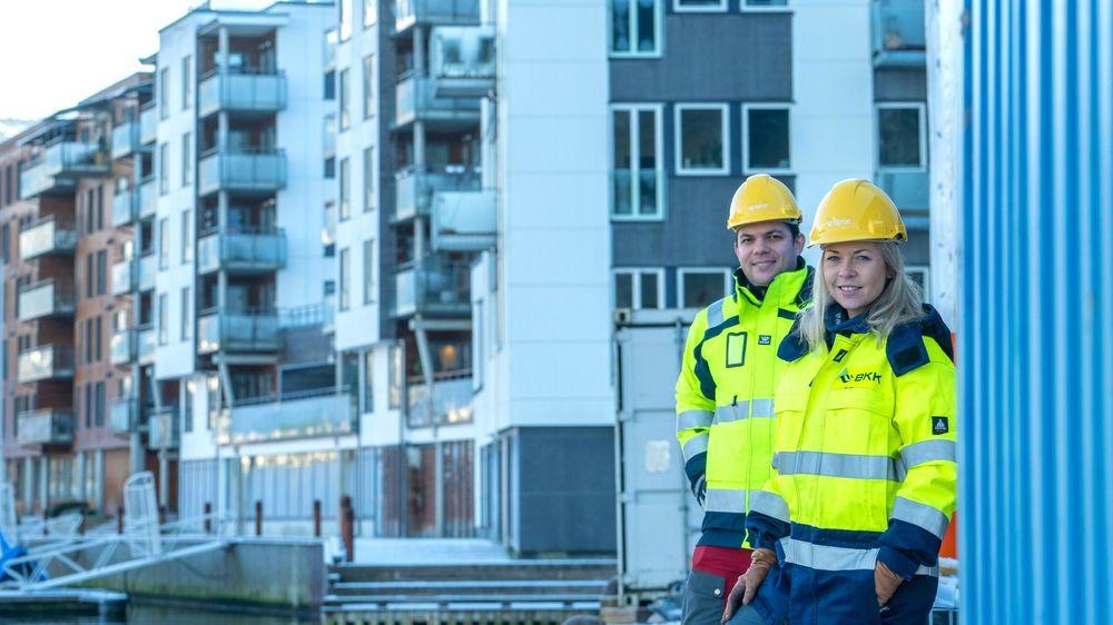 BKKs Kjetil Strand Solheim og Camilla Moster har stor tro på batteriprosjektet ved Damsgårdssundet i Bergen.