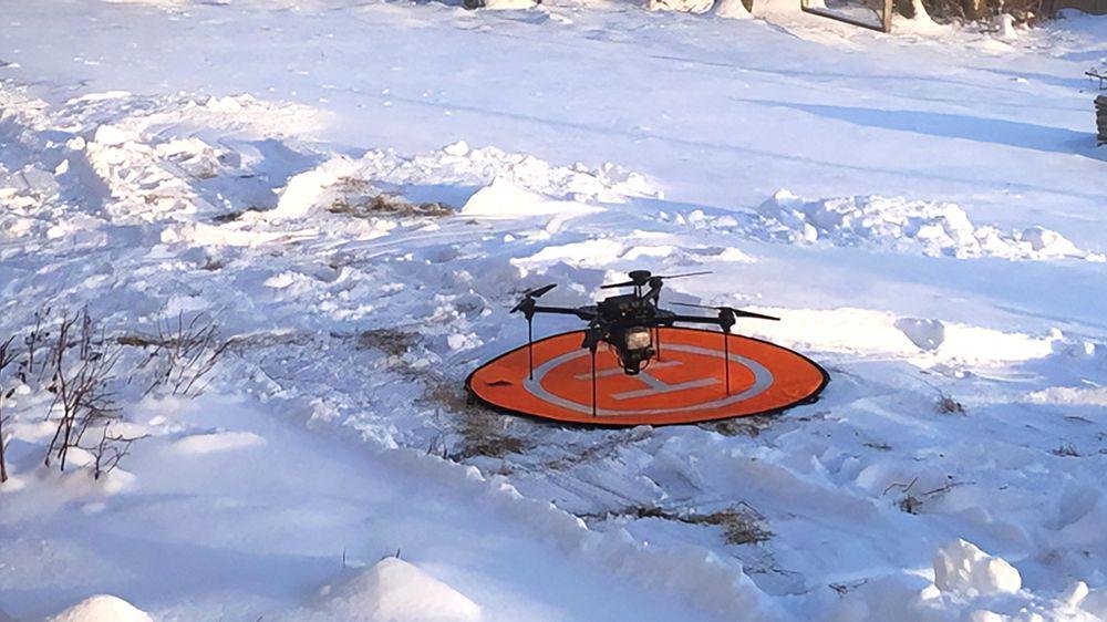 Forskerne bygger sine egne droner for å få dem stabile nok og for å få plass til de sensorene som trengs.
