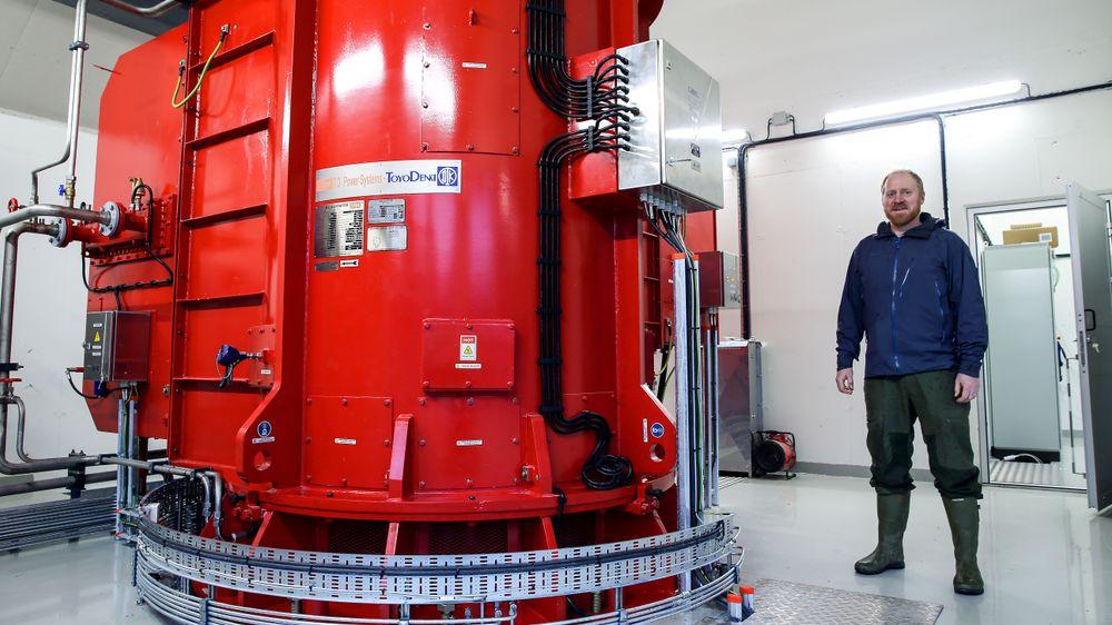 Lars Endre Myklebust er en av 13 grunneiere som har satset på to småkraftverk i Ålfoten i Bremanger kommune. Han har også driftsansvaret. Her er han på innsiden av Setredalen kraftverk. Ålfoten er en av de store kraftprodusentene i landet gjennom kraftverkene Yksenelvane og Åskora. Vannmassene kommer i hovedsak fra Ålfotbreen. – At det er kultur for vannkraft her, er medvirkende til satsingen, sier Myklebust.