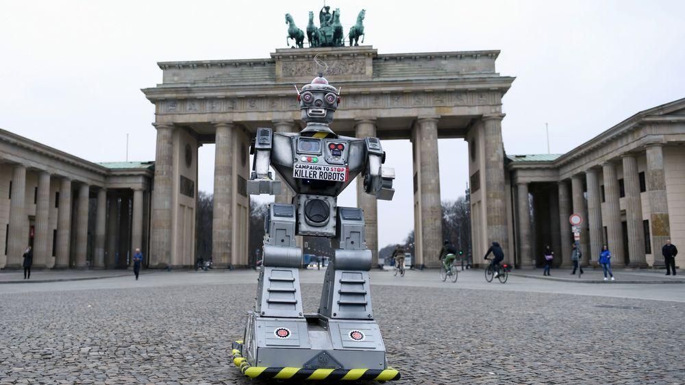 USA må holde seg utenfor en avtale om å forby utvikling av automatiske våpen kontrollert av kunstig intelligens (AI), mener en ekspertgruppe i landet. Bildet er fra en inernasjonal demontrasjon mot autonome våpen, fra Campaign to Stop Killer Robots, ved Brandenburger Tor in Berlin i mai 2019.