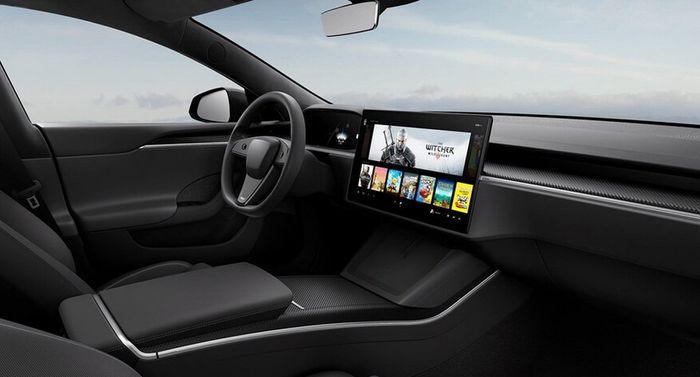Dette bildet lå en periode tilgjengelig på Teslas nettsider, og viser det nye interiøret med et vanlig ratt.