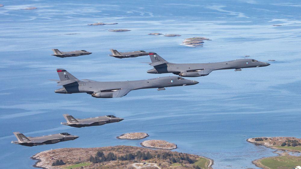 To B-1B Lancer flyr sammen med norske F-35A i mai 2020. Senere denne måneden blir det rikelig med anledning til nye slike samtreningsøkter.