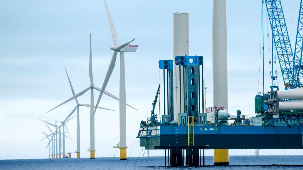 Fra byggingen av havvindparken Anholt utenfor Danmark. Nå har Folketinget i Danmark vedtatt å satse nesten 300 milliarder norske kroner på en energiøy som skal levere strøm fra havvind tilsvarende 30 prosent av Norges samlede strømproduksjon.