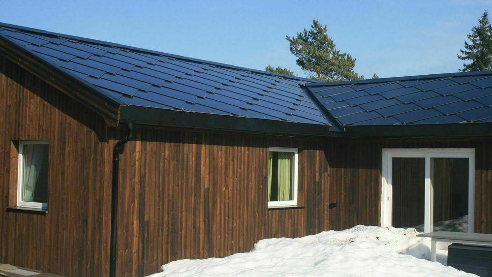 Hvert år skiftes mellom 6000 og 15.000 tak i Norge. Med solcelletakstein får man både tett tak og «gratis» strøm.