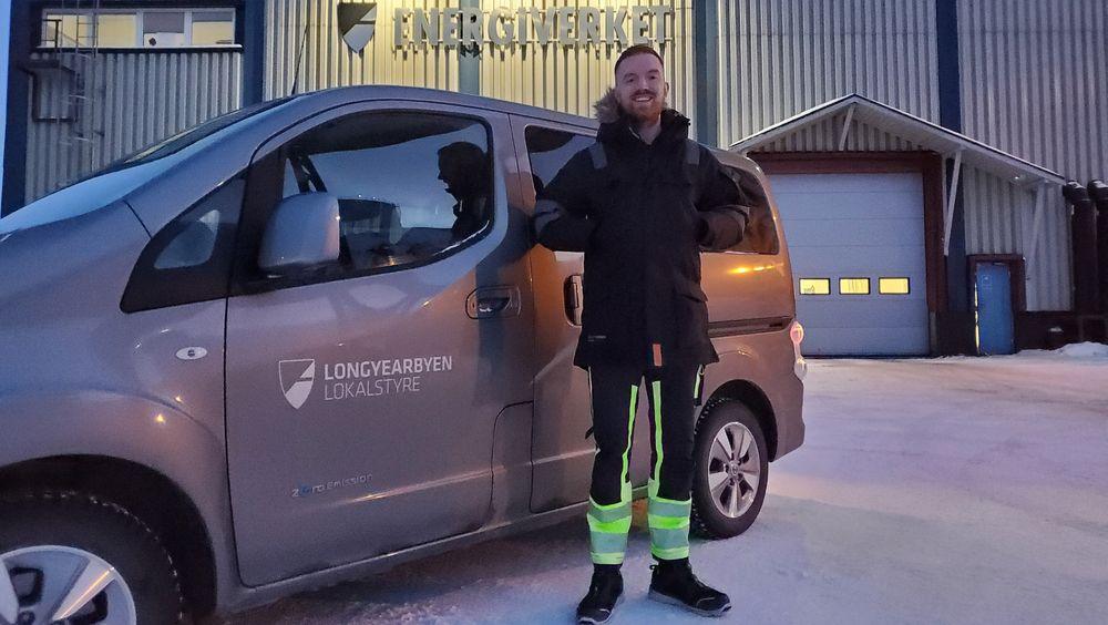 Driftsingeniør Joachim Karlsen i Longyear Energiverk har ikke hatt problemer med å kjøre elbil på Svalbard.Nå vil han teste om elbiler kan hjelpe på effektbalansen i byen.