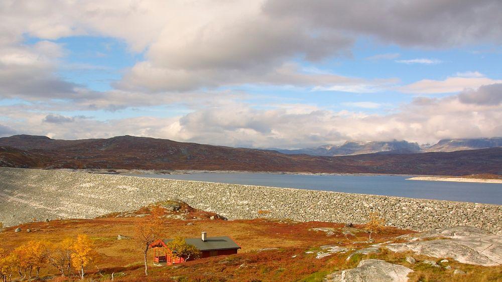 Sysendammen på Hardangervidda. Vi kan spare vannkraftproduksjonen til perioder hvor det er knapphet på vind- og solkraft. På denne måten kan vi bruke vannmagasinene som et grønt batteri for industrialisering i Norge, skriver forfatterne.