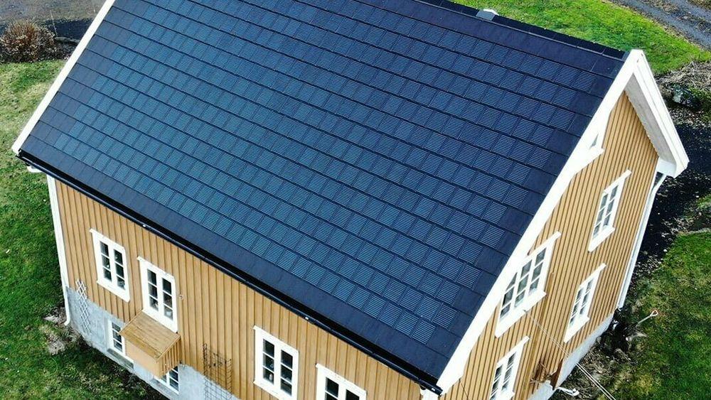 Tekking og solceller i ett: Den nye solcelle-taksteinen fra Grimstad er allerede lagt på et utvalg tak i Norge.