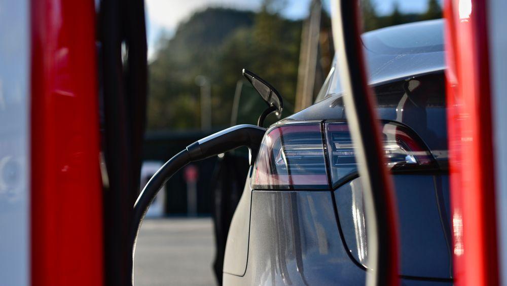 Tesla på en Supercharger.