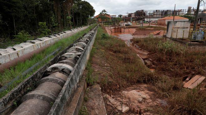 Rørene går fra bauxitt-avleiringene til vannbehandlingsstasjonen ved Norsk Hydros aluminiumsraffineri Alunorte i Barcarena, Brasil.