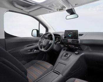 Bilde av interiøret i en oransje Opel Combo-e Life.