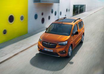 Bilde av en oransje Opel Combo-e Life.