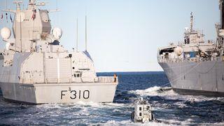 Milepæl for Sjøforsvaret: Friskmeldt fregatt får forsyninger fra KNM Maud