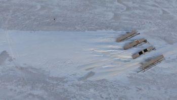 Dronefoto viser størrelsen på snøfonnene i forhold til anlegget (en rad i anlegget er 10 m lang).