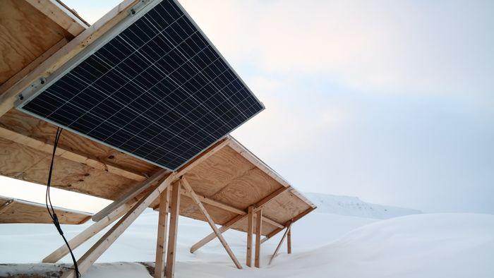 Et panel ble vendt mot bakken for å undersøke kraftproduksjon fra reflektert stråling.