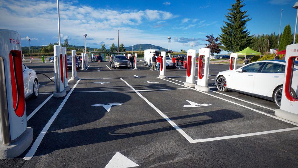 Tesla Supercharger ved Nebbenes.