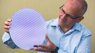 Ran Senderovitz, en av sjefene ved Client Computing Group i Intel, viser frem en «wafer» med 8. generasjon Intel Core-prosessorer i forbindelse med en pressekonferanse før IFA-messen i Berlin.