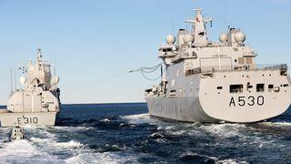 KNM Maud gjennomførte den første operative RAS-operasjonen med KNM Fridtjof Nansen tirsdag ettermiddag.