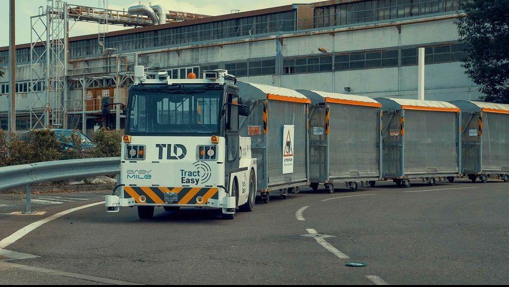 KLM skal nå teste et nytt system med selvkjørende bagasjetraktorer på Amsterdams flyplass Schiphol.