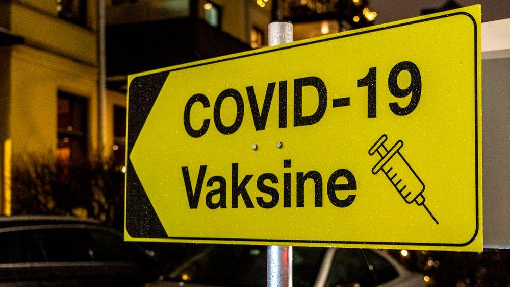 Tre vaksiner er til nå godkjent for bruk i Norge, og flere er under vurdering. Norge har sikret seg avtaler på mange millioner doser.