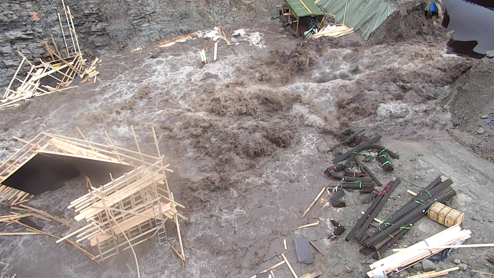 I 2018 brast en midlertidig demning som ble bygget i forbindelse med rehabilitering av Munkebotsvatnet. Flere boliger i Eidsvåg i Åsane bydel i Bergen ble evakuert. (Foto: Bergen brannvesen)