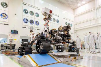 Perseverance-roveren i et sterilt rom ved Jet Propulsion Laboratory i Pasadena i California i desember 2019. Foto: J. Krohn/NASA via AP / NTB