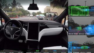 Fra en demonstrasjon av Tesla Autopilot som kjører på egen hånd.