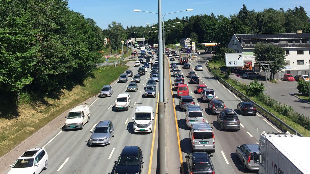 Flere velger bil. Trafikk på E18 ved Høvik I Bærum.