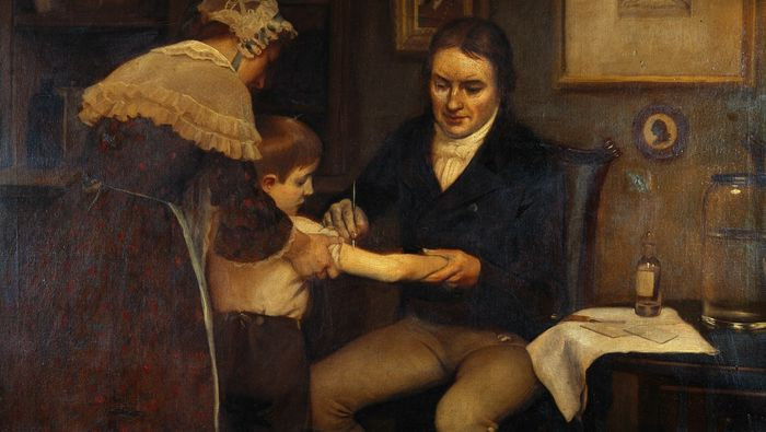 Legen Edvard Jenner fikk tak i en 8-åring fra de lavere klasser og smittet ham med kukopper fra en budeie ved å skrape puss inn i huden. Seks uker senere gjentok han behandlingen, men med ekte kopper. Gutten ble ikke smittet.