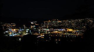 Drammen om natta. mange lys. Du ser begge broene som går over Drammenselva.