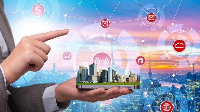 illustrasjon. person med mobiltelefon styrer byen. mange ikoner flyter rundt med bylandskap i bakgrunn