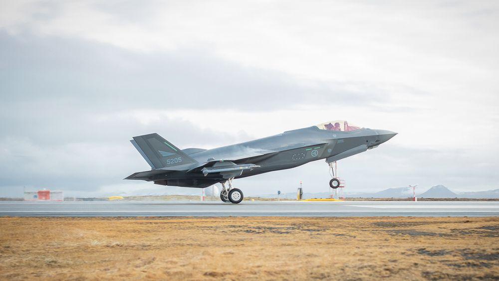 Et av de fire F-35A-flyene fra 332 skvadron lander på Keflavik 22. februar. Luftforsvaret overtar beredskapen på Island om ei uke.