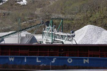 Wilson Brake laster anortositt ved Gudvangen Steins brygge. Gudvangen Stein eksporterer anortositt til 10 land for produksjon av steinull til isolasjon.