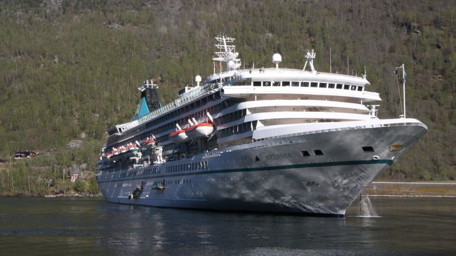Cruiseskipet Artania ankret opp ved Flåm i 2017. Det 230 meter lange skipet med plass til 1.260 passasjerer ble bygget i 1984 og vil neppe klare nullutslippskrav fra 2026.
