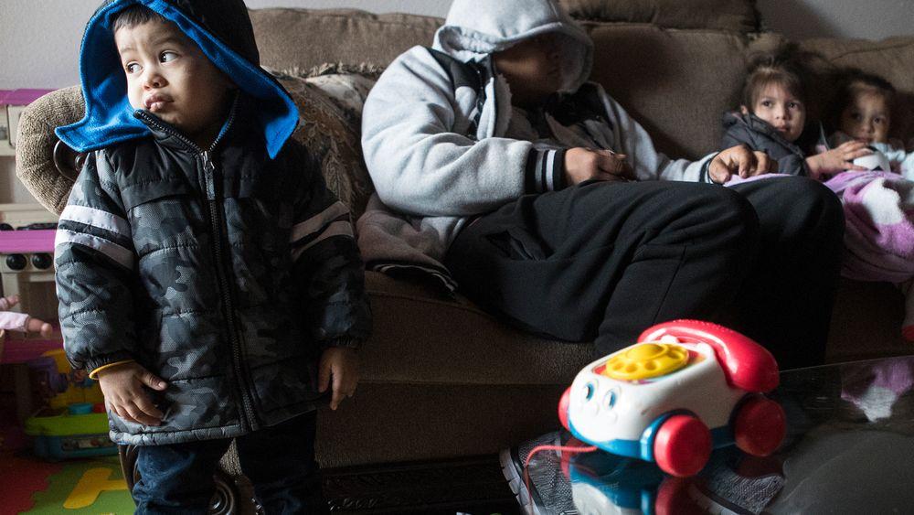 Eithan Colindres og familien måtte ta på yttertøy inne i leiligheten i Houston etter at strømmen forsvant under uværet sist uke.