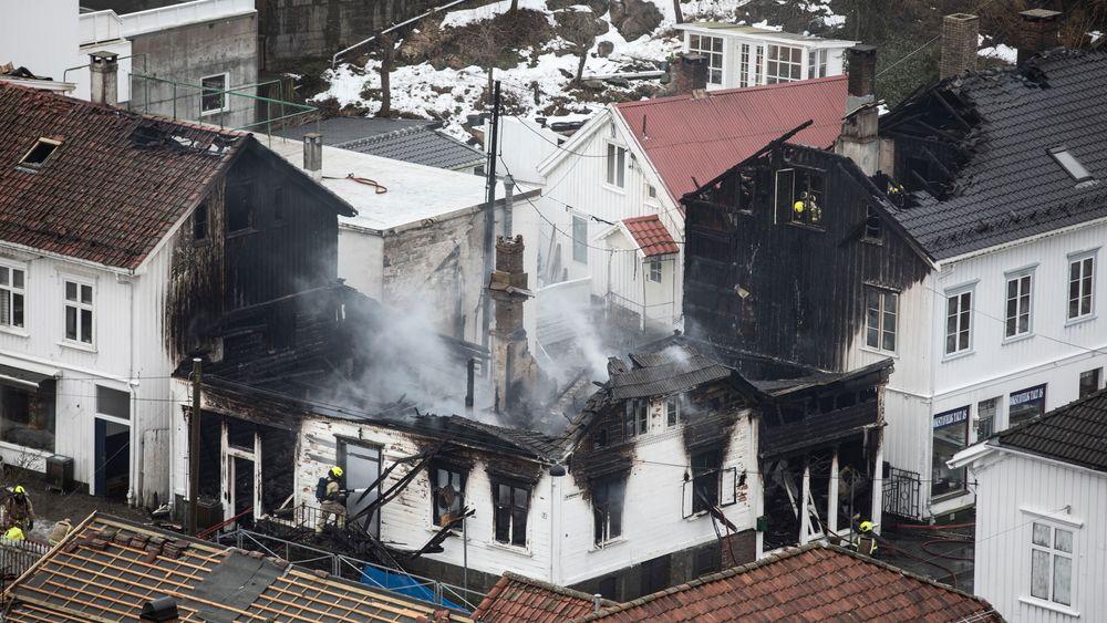Det brøt ut brann i trehusbebyggelsen i sørlandsbyen Risør natt til onsdag. Kun tre hus gikk tapt, noe som kan skyldes at kommunene er blitt flinkere til å ta vare på de verdifulle trehusene, mener Riksantikvaren.