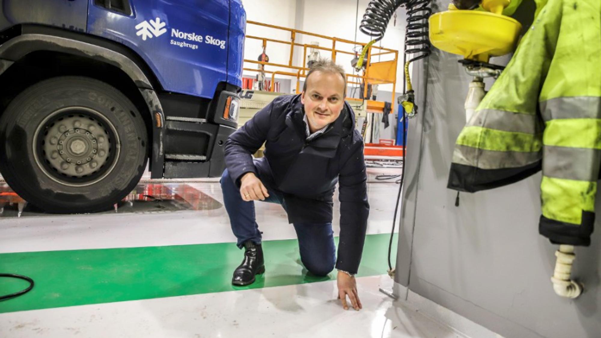 Direktør i Norske Skog Saugbrugs, Hugo Harstad, mener det viktigste resultatet av teknologiutviklingen er den helsemessige effekten for de som skal legge belegg på golv i næringslokaler ved at ikke trenger det usynlige finkornede støvet fumed silica.
